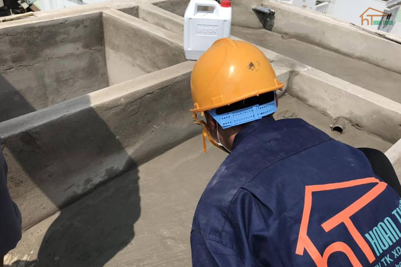 Công nhân đang thực hiện công tác chống thấm, quy trình cuối cùng của thi công nhà phố